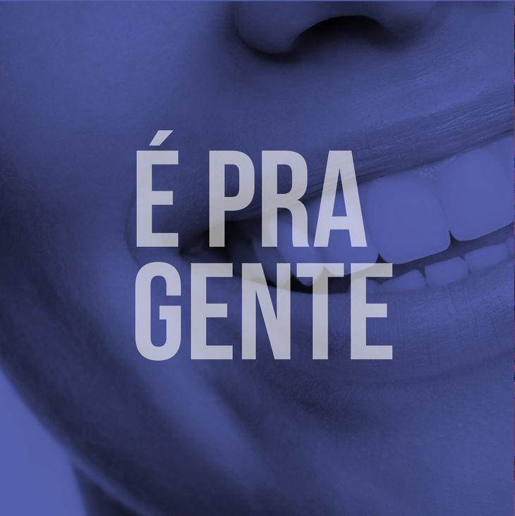 """Imagem de um sorriso. Centralizado, texto """"É Pra Gente""""."""