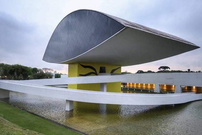 A governadora Cida Borghetti abriu nesta quinta-feira (16), junto com o prefeito Rafael Greca, a Bienal Internacional de Curitiba, que em 2018 está comemorando 25 anos. A governadora recebeu o ministro da Cultura do Paraguai, Rubén Capdevilla, e o embaixador da Argentina no Brasil, Carlos Magariños, que também participaram do evento, realizado Museu Oscar Niemeyer (MON).  - Curitiba, 18/10/2018  -  Foto: